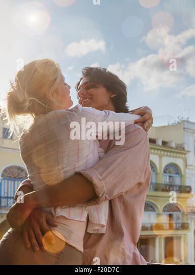 Romantisches Brautpaar auf Restaurant-Balkon in Plaza Vieja, Havanna, Kuba Stockbild