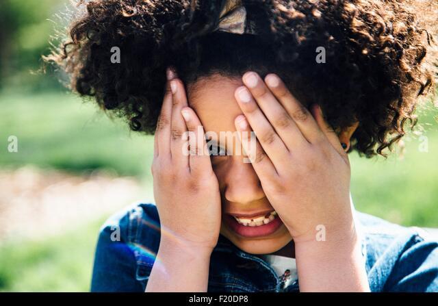 Porträt eines Mädchens für Gesicht mit den Händen hautnah Stockbild