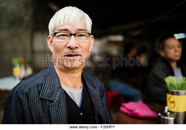 Porträt der ältere Mann mit grauem Haar, Brille, Blick in die Kamera Stockbild