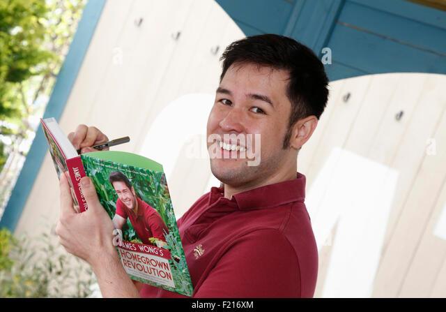 Menschen, Famous, Celebrity, Ethnobotaniker und TV Moderator James Wong Unterzeichnung ist Buch. Stockbild