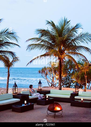 Entspannen vor dem Nelayan Restaurant mit Blick auf das Südchinesische Meer in der Abenddämmerung. Tanjong Stockbild