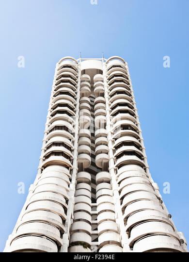 Ein weißer Büro / Wohnung Gebäude ca. 1980 auch Millionärs weiterfahren. Penang, Malaysia Stockbild