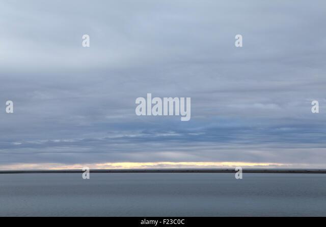 Die Küste im Hof in Südost-Island. Nordatlantik liegt hinter einer dünnen Halbinsel des Landes. Stockbild