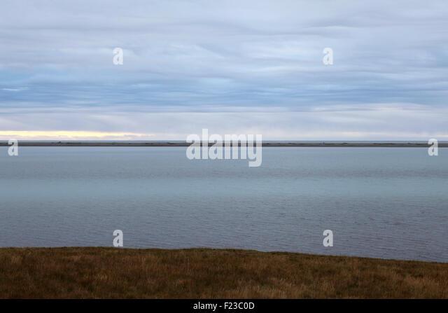 Die Küste bei n Südost-Island. Nordatlantik liegt hinter einer dünnen Halbinsel des Landes. Stockbild