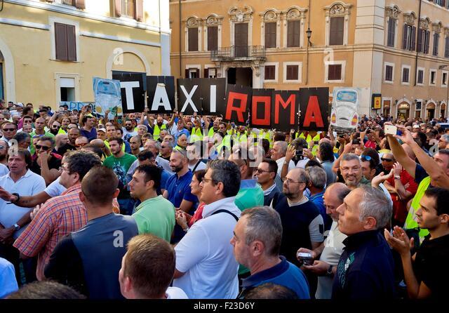Rom, Italien. 10. September 2015.   Die römischen Taxifahrer protestieren vor Piazza Montecitorio, die Stockbild