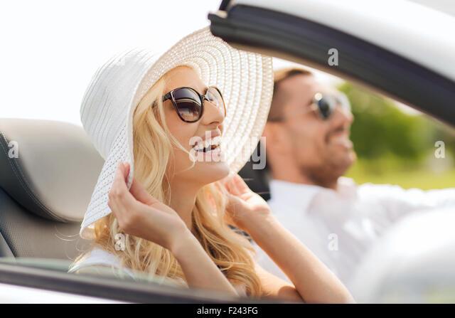 glücklicher Mann und Frau im Cabrio Auto fahren Stockbild