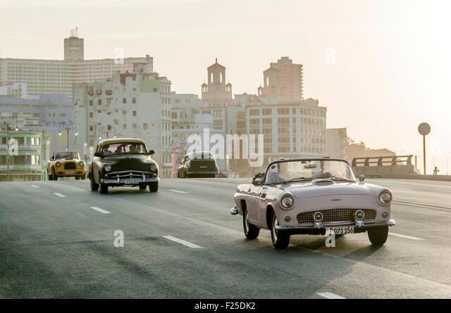 Kuba, Havanna, Malecon, Verkehr in Habana Centro Bezirk Stockbild
