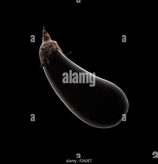 Aubergine (Aubergine) Stillleben mit Felge Licht auf schwarzem Hintergrund von oben Stockbild