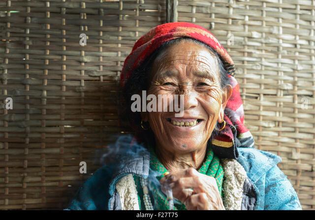 Porträt einer nepalesischen senior Frau Rauchen und Lächeln, Nepal Stockbild