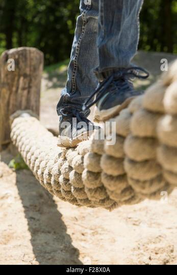 Mädchen, balancieren auf dem Seil im Spielplatz, München, Bayern, Deutschland Stockbild