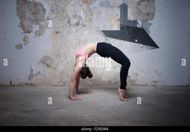Mitte Erwachsene Frau üben Brücke stellen im Yoga-Studio, München, Bayern, Deutschland Stockbild