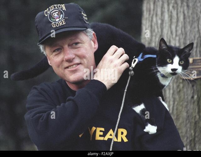 Präsident Bill Clinton mit Socken die Katze sitzt auf seiner Schulter. 7. März 1995. (BSLOC_2015_2_203) Stockbild
