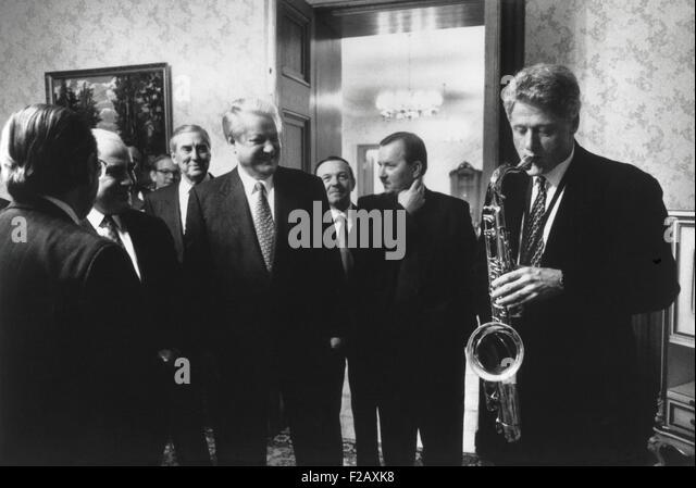 Präsident Bill Clinton spielt das Saxophon, ihn vom russischen Präsidenten Boris Yeltsin vorgelegt. Jelzin Stockbild