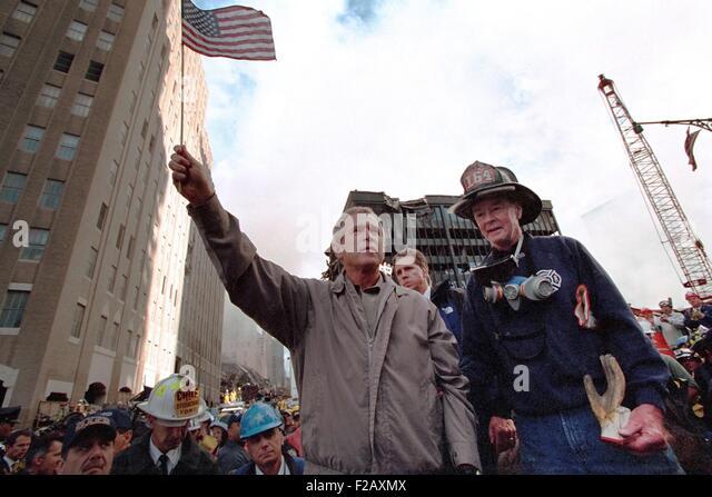 Präsident George W. Bush winkt eine amerikanische Flagge nach Adressierung Erholung Arbeiter in New York City. Stockbild