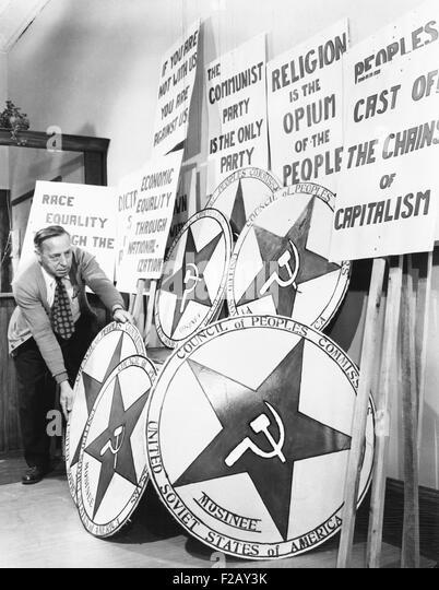 Mosinee, Wisconsin, American Legion inszeniert ein mock kommunistischen Machtübernahme. 29. April 1950. Ein Stockbild