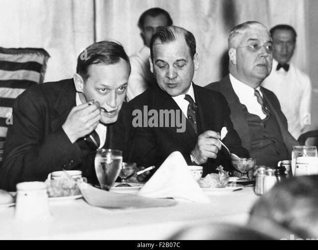 Harry Hopkins Essen und Rauchen mit Politikern im Mai 1935. L-r: Harry Lyman Davis, Bürgermeister von Cleveland; Stockbild