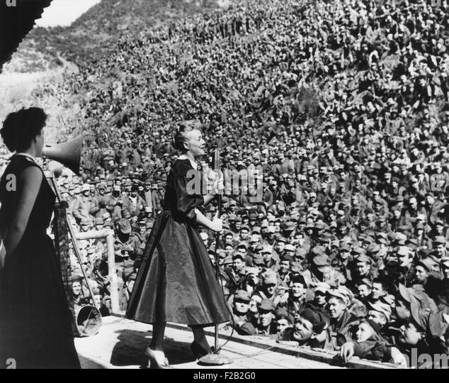Filmstar Betty Hutton unterhaltsam Marines in Korea, 9. März 1952. Erste Division Marines füllen die Montezuma Stockbild