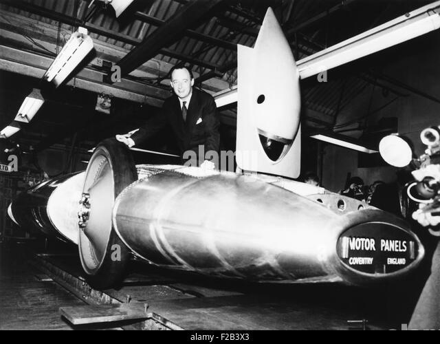 Donald Campbell mit seinem umgebauten Turbo Auto, Bluebird, in Coventry. England. 28. November 1969. -(CSU_2015 Stockbild