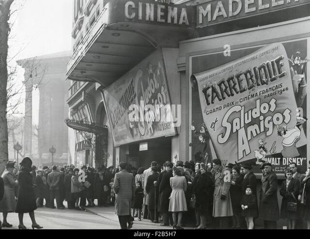 """Parisiennes in ein Kino mit dem Disney-Film """"Saludos Amigos"""" im April 1947. An der Madeleine Kino, Boulevard Stockbild"""