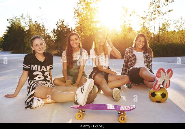 Porträt von Freunden an einem Sommertag in einem park Stockbild