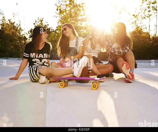 Beste Freunde hängen auf den Straßen, Sommer und sunflare Stockbild
