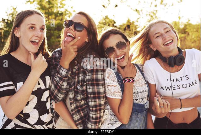 Gruppe von Mädchen lustig machen Ausdrücke einem die Kamera draußen in einem Park Stockbild