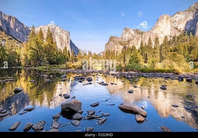 Merced River im Yosemite National Park bei Sonnenuntergang, Kalifornien, USA. - Stock-Bilder