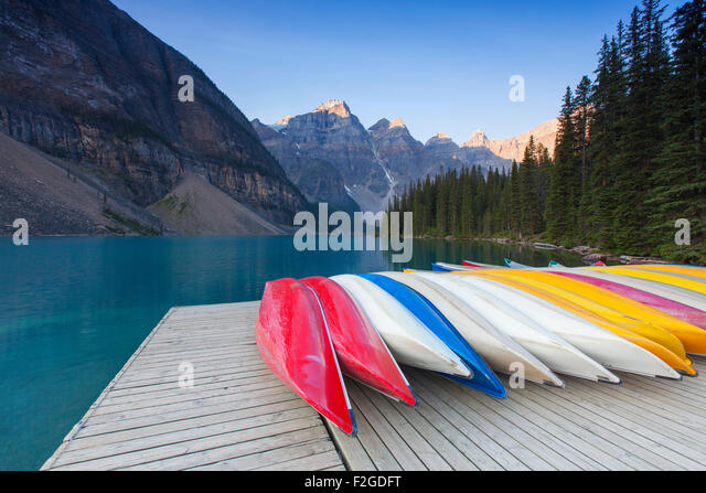 Bunte Kanus am Moraine Lake im Valley of the Ten Peaks, Banff Nationalpark, Alberta, Kanada Stockbild