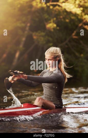 Athletische Elite kayaker Racing auf dem Wasser Stockbild