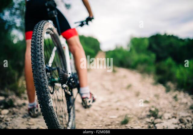 Spanien, Tarragona, Mountainbiker im extremen Gelände, niedrige Abschnitt Rückansicht Stockbild