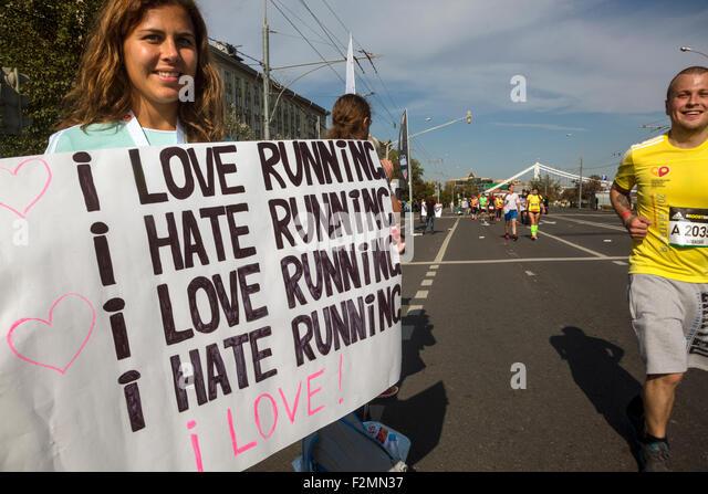 Moskau, Russland. 20. Sep, 2015. Menschen unterstützen Läufer auf ein Ziel des Marathons Moskau in der Stockbild