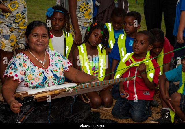 Amerikanischen Schulkinder lernen über fremde Kulturen, beobachtete Weaver aus Monsefu, Peru. Peruanische Volksleben Stockbild