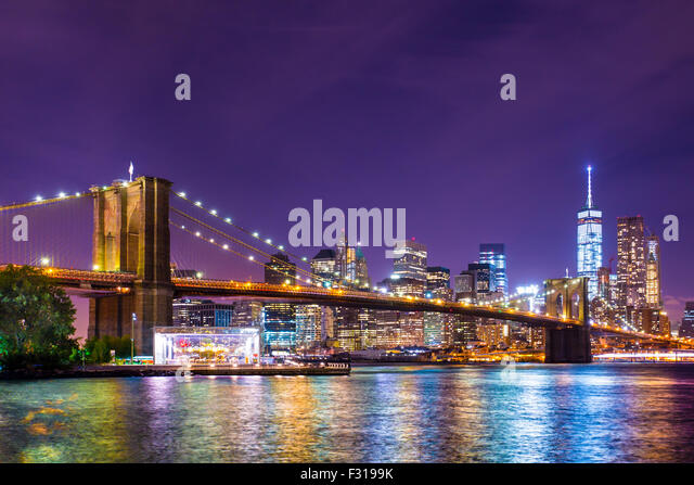Beautiful Brooklyn Bridge über den East River in Richtung Manhattan New York City beleuchtet. Stockbild