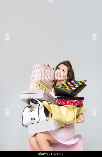 Brünette Frau mit Haufen von Mode-Accessoires Stockbild