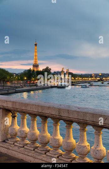 der Eiffelturm & Fluss Seine, Paris, Frankreich Stockbild