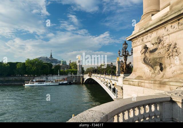Pont Alexandre III, mit Blick auf den Grand Palais über den Fluss Seine, Paris, Frankreich Stockbild
