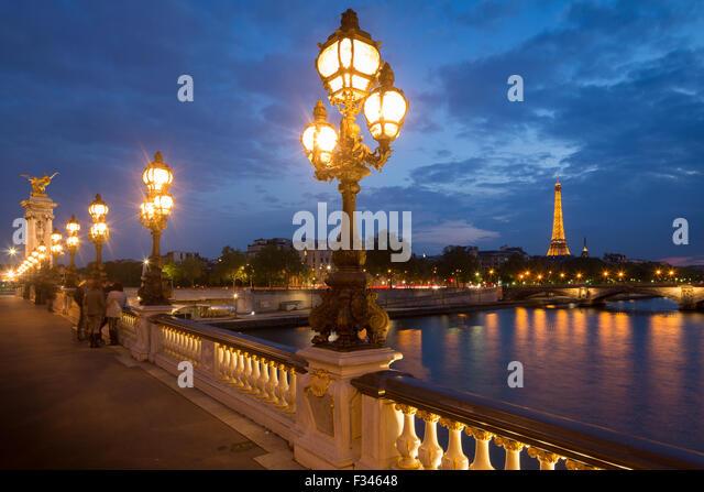 Pont Alexandre III, Blick auf den Eiffelturm über den Fluss Seine in der Abenddämmerung, Paris, Frankreich Stockbild