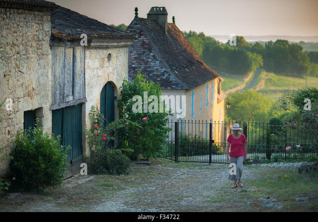 Wendy, die zu Fuß in einer Gasse in Molières, Pays de Bergerac, Périgord, Dordogne, Aquitaine, Frankreich Stockbild