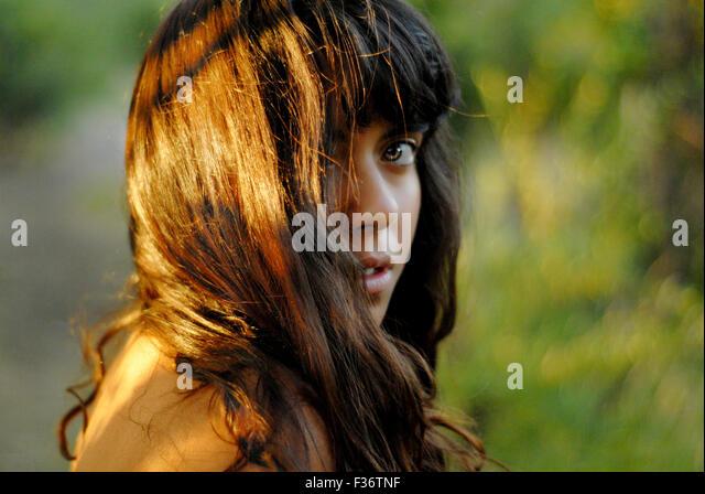 Wildes Mädchen mit grünen Augen in der Mitte der Dschungel sehr tiefen Blick Blendung Stockbild
