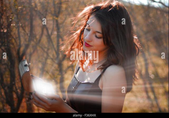 Mädchen hält eine Box in ihr Hände gleißenden Licht Stockbild