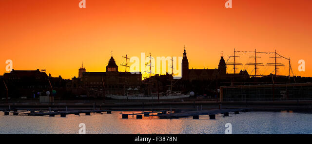 Silhouette der Stadt Szczecin (Stettin) Waterfront nach Sonnenuntergang, Polen. Stockbild