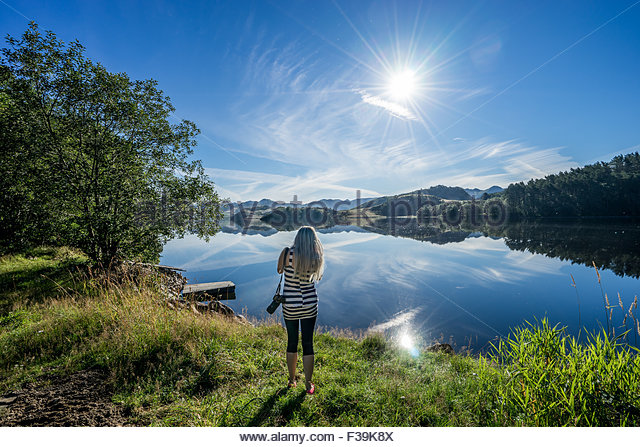 Frau, die ein Foto, Oltedal, Gjesdal, Rogaland, Norwegen Stockbild