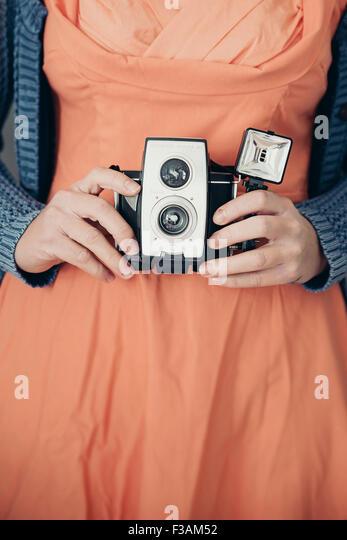 Vintage junge Frau mit einer alten Kamera Stockbild