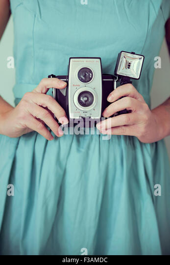 Vintage Frau hält eine Vintage-Kamera Stockbild