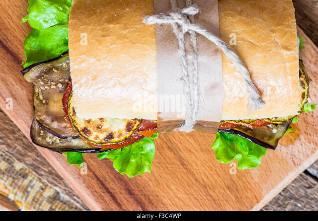 Pflanzliche vegetarische Sandwich mit Salat, Zucchini, Auberginen und Tomaten - Stock-Bilder