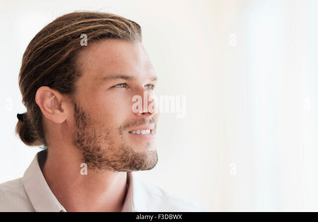 Mid-Adult Mann wegsehen Stockbild