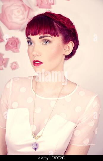 Wunderschön romantische rote kurzhaarige Mädchen in ein modernes Studio-Umgebung Stockbild