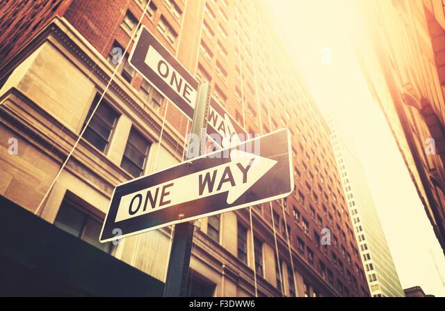 """Retro-Stil """"Einweg"""" Zeichen auf Straße von Manhattan, geringe Schärfentiefe, New York, USA. Stockbild"""