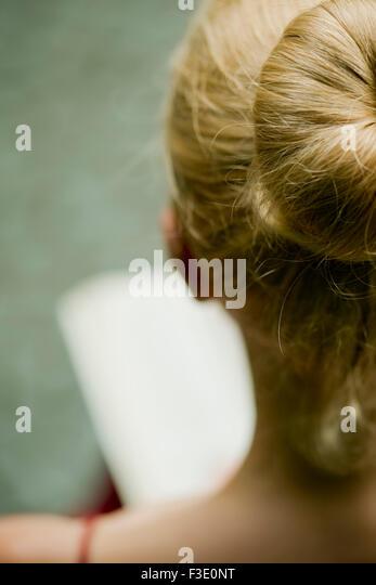 Frau liest, über die Schulter-Blick Stockbild