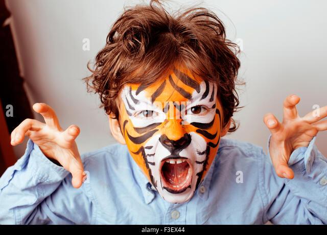 kleine niedliche Junge mit Faceart Geburtstagsparty schließen sich kleine süße tiger Stockbild